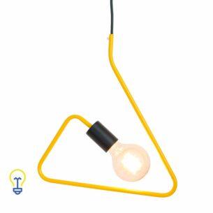 Gele Retro Pendellamp | Hanglamp van geel metaal E27 Deze retropendellamp is gemaakt van metaal en is geschikt voor zowelkooldraad- als ledlampen. De driehoekige hanglampwordt geleverd met strijkijzersnoer.